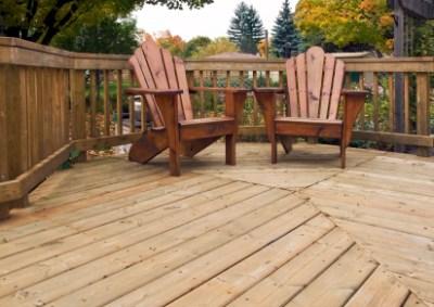 Snygga trädgårdsbord behövs på uteplatsen.